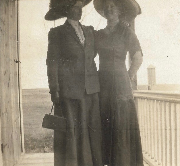 raye and maggie muxlow 1910 cropped